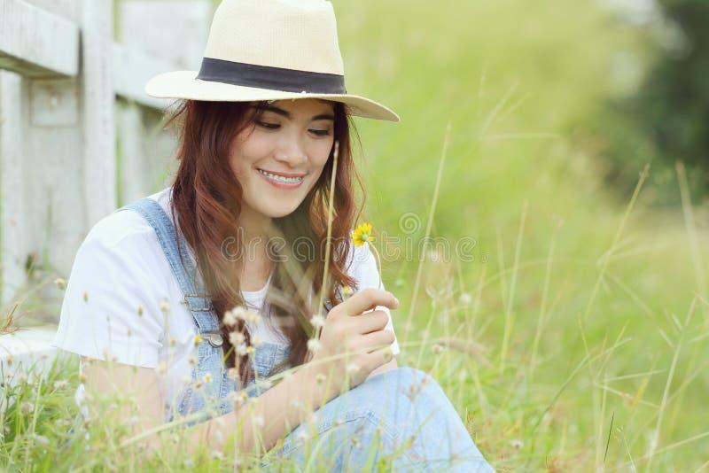 Download Kobieta azjatykcia zdjęcie stock. Obraz złożonej z szczęśliwy - 57662934