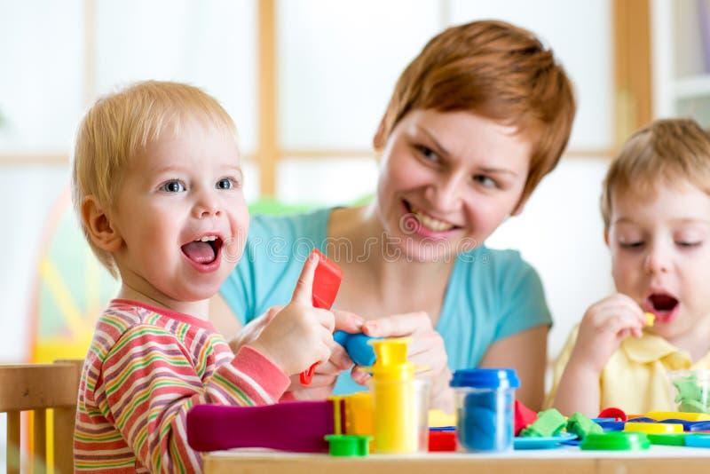 Kobieta bawić się i uczy z dzieciakami zdjęcie stock