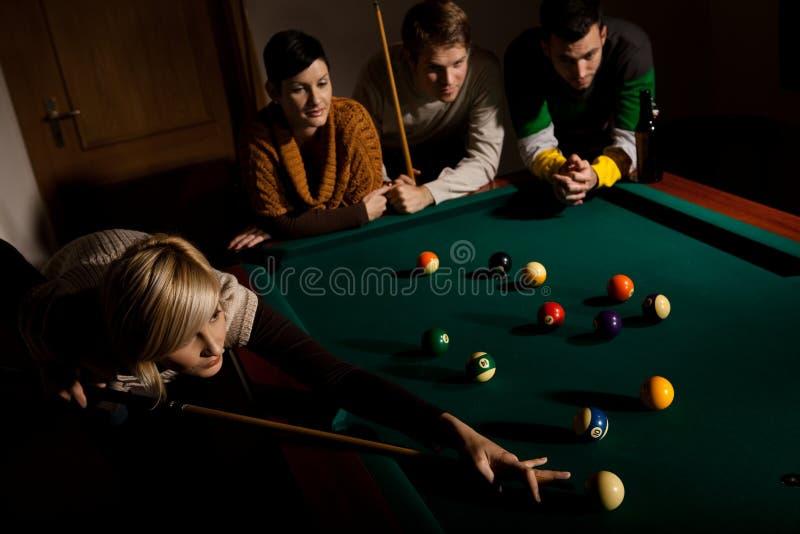 Kobieta bawić się snooker obraz stock