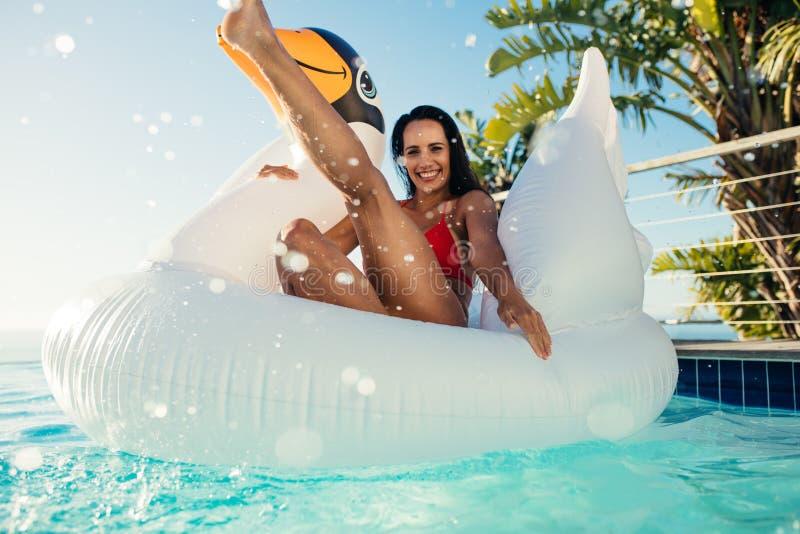 Kobieta bawić się w basenie obrazy royalty free