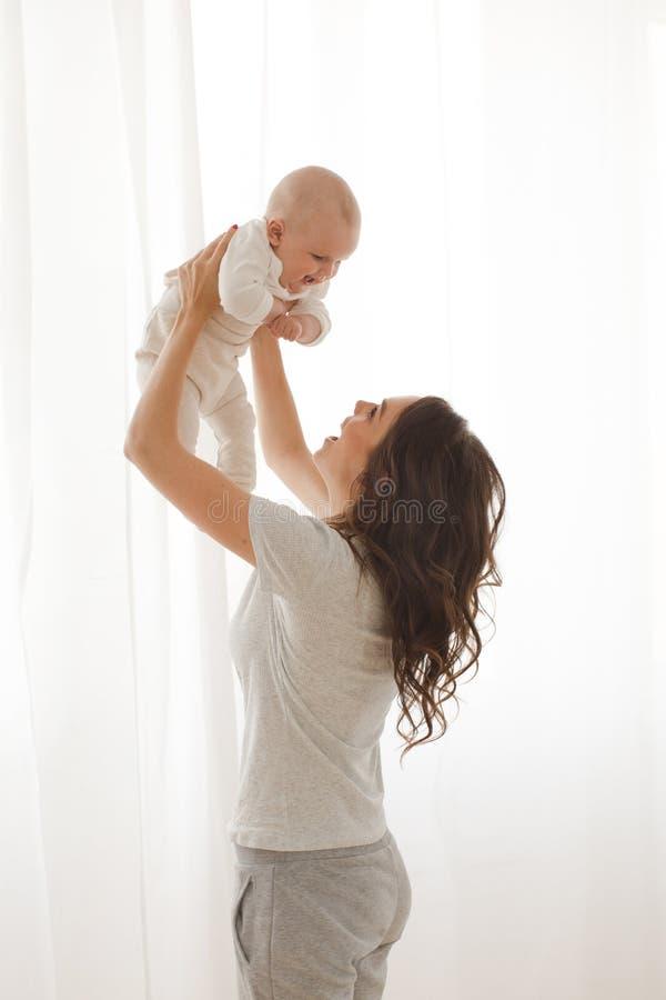 Kobieta bawić się z dziecięcym dzieckiem obrazy stock