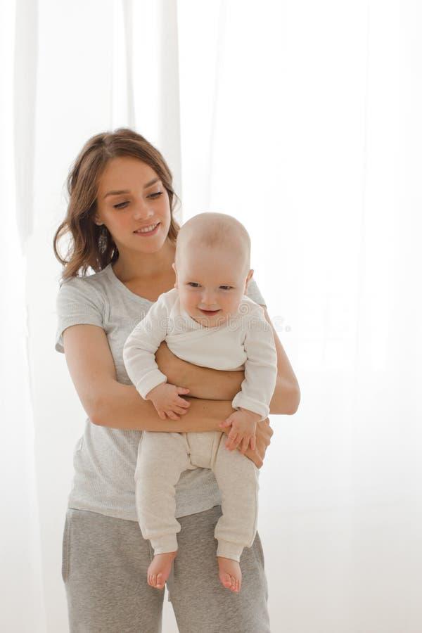Kobieta bawić się z dziecięcym dzieckiem zdjęcia royalty free