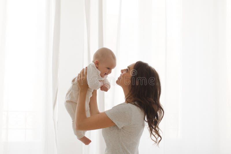 Kobieta bawić się z dziecięcym dzieckiem zdjęcia stock