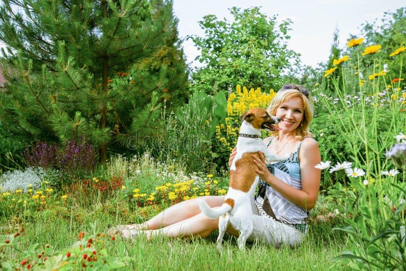 Kobieta bawić się z psem zdjęcie stock