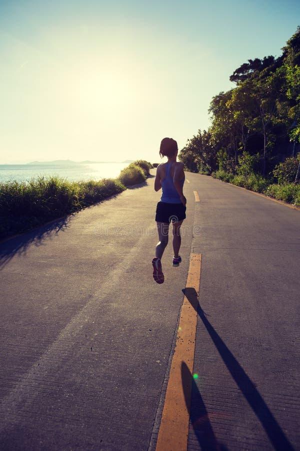 Kobieta bieg na nadmorski śladzie obrazy royalty free