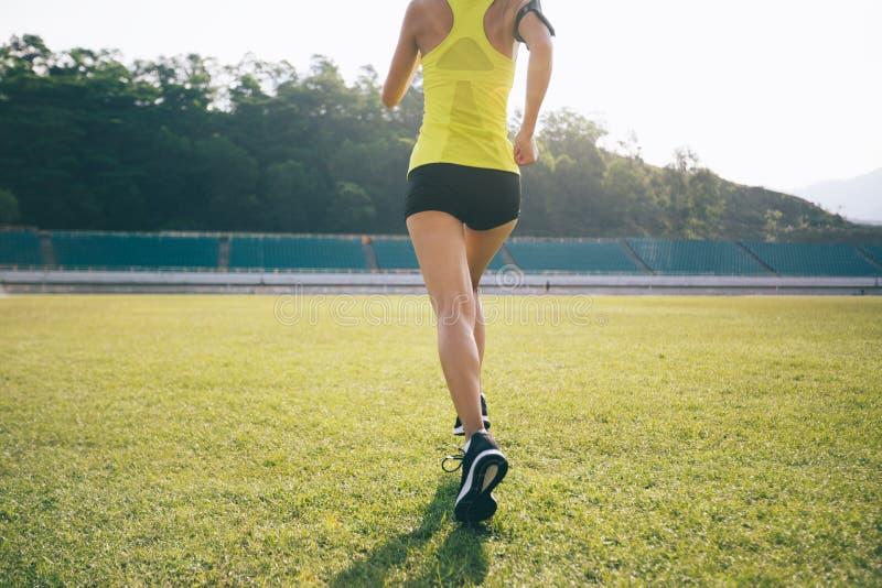 Kobieta bieg na stadium trawie zdjęcia royalty free