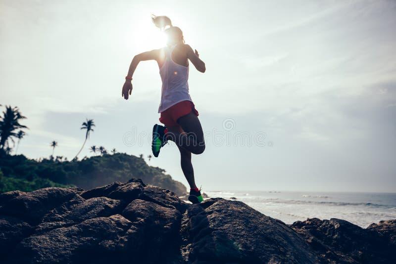 Kobieta bieg na tropikalnej plaży obraz royalty free