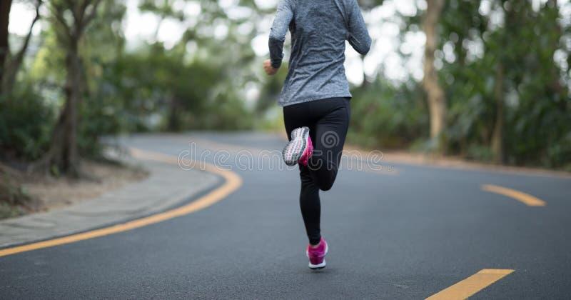 Kobieta bieg przy zimą obrazy stock
