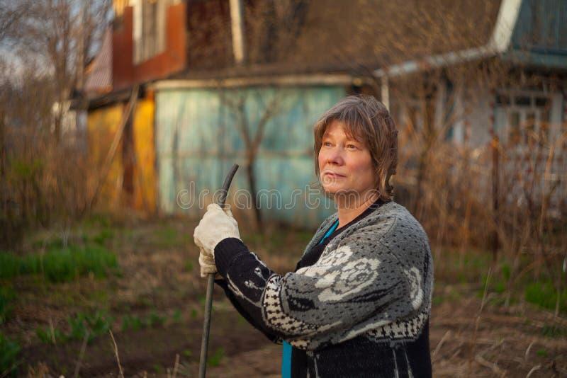 Kobieta bieg w wsi zdjęcia royalty free