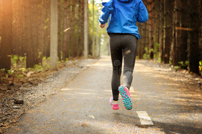 Kobieta biega na drodze w parku obraz stock