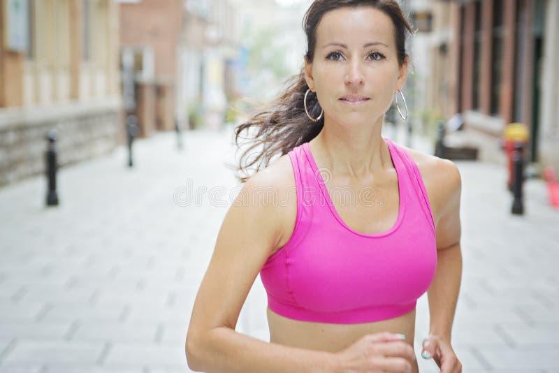 Kobieta biega outdoors trenować dla maratonu bieg zdjęcie royalty free