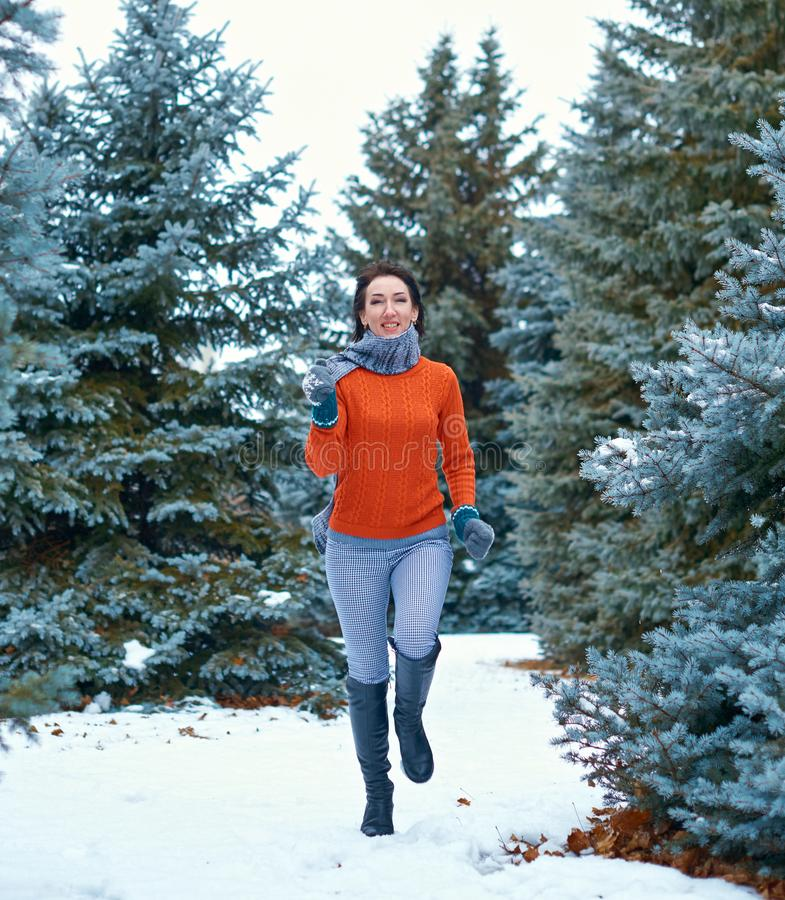 Kobieta biega w zima lesie, piękny krajobraz z śnieżnymi jedlinowymi drzewami obraz stock