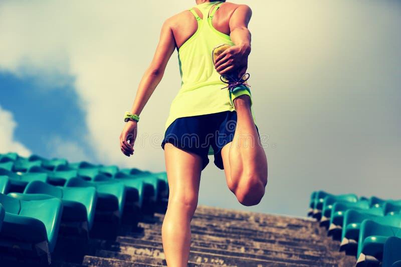 Kobieta biegacz grże up na schodkach obraz royalty free