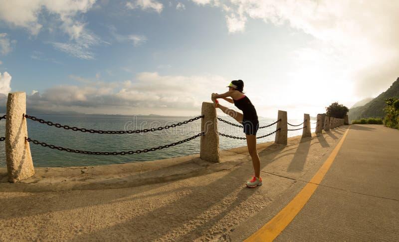 Kobieta biegacza rozciągania nogi fotografia royalty free