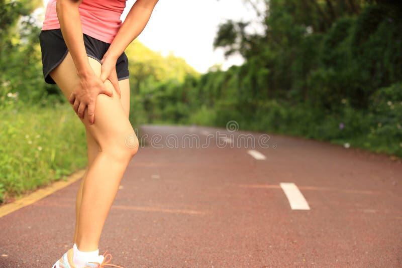 Kobieta biegacza właściciel ona sport ranić nogi zdjęcia stock