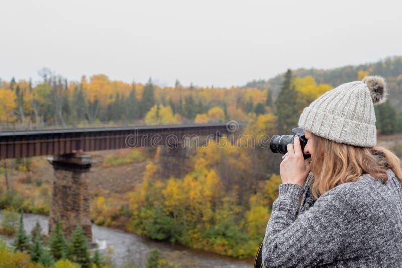Kobieta bierze fotografię most nad rzeką w Ontario Kanada obraz stock
