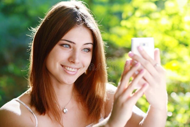 Download Kobieta Bierze Fotografię Ona Fotografia Royalty Free - Obraz: 33110237