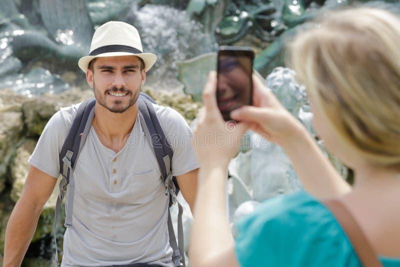 Kobieta bierze fotografia przyjaciela obrazy stock