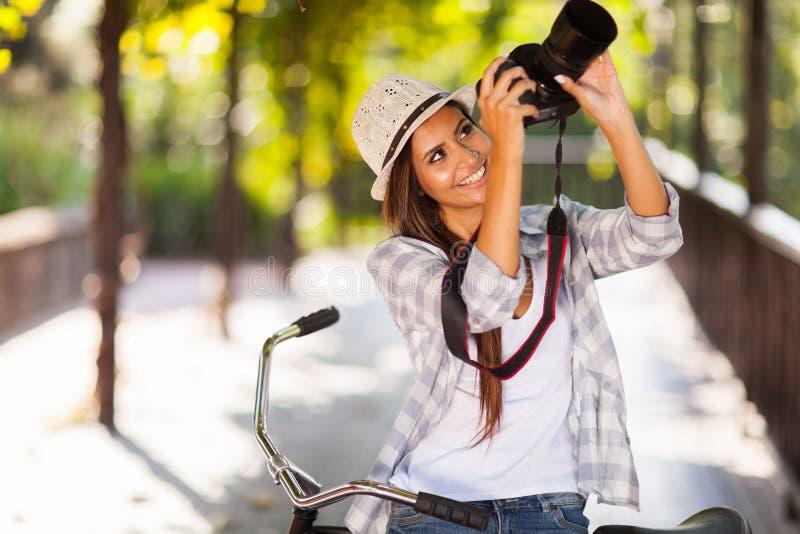 Kobieta bierze fotografie fotografia royalty free