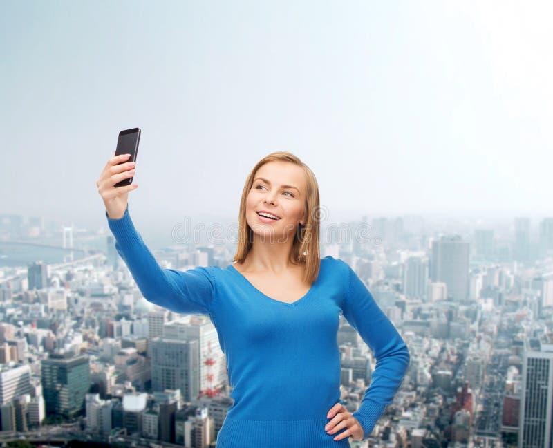 Kobieta bierze jaźń obrazek z smartphone kamerą fotografia royalty free