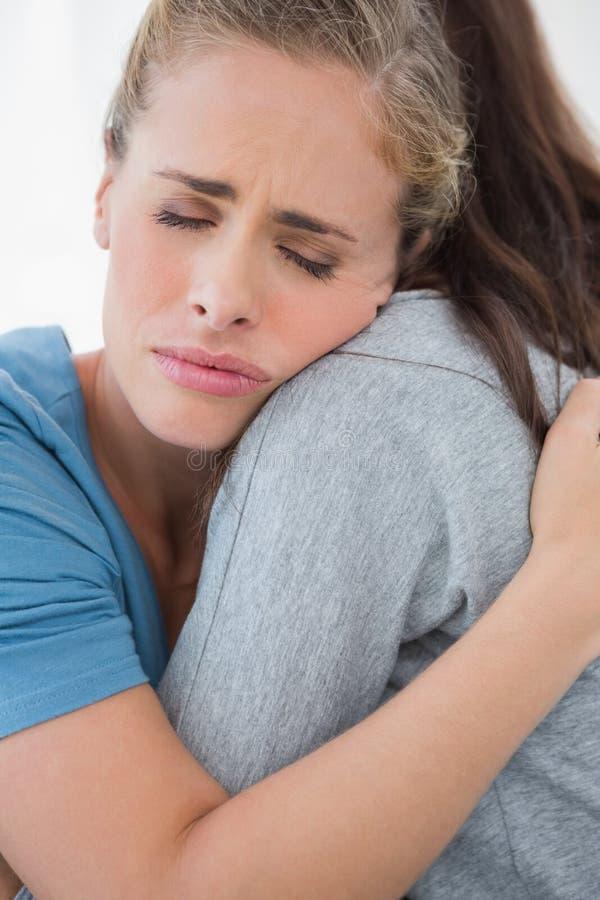 Kobieta bierze jej smutnemu przyjacielowi w ona ręki zdjęcia royalty free
