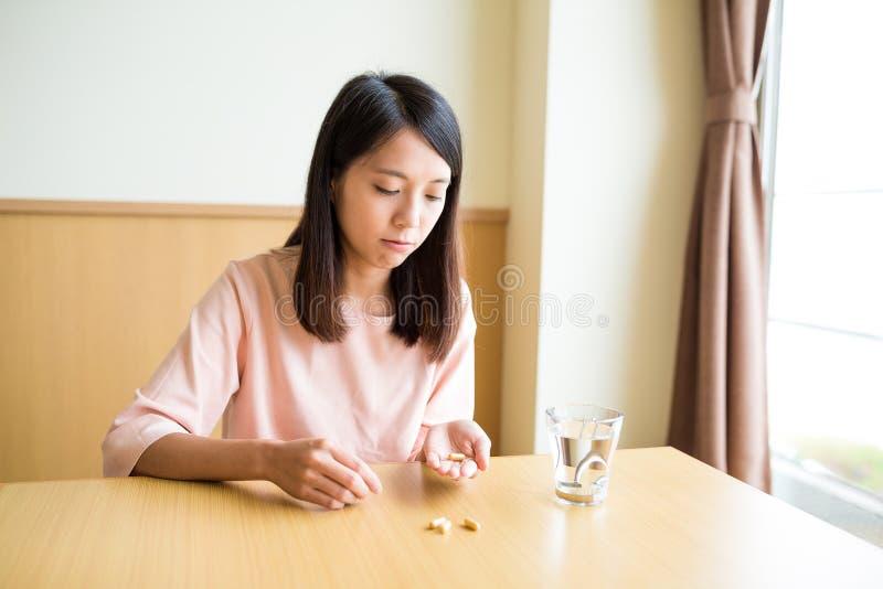 Kobieta bierze medycynę w domu zdjęcie royalty free