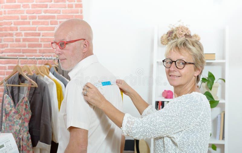 Kobieta bierze miary na kliencie z taśmą zdjęcie stock