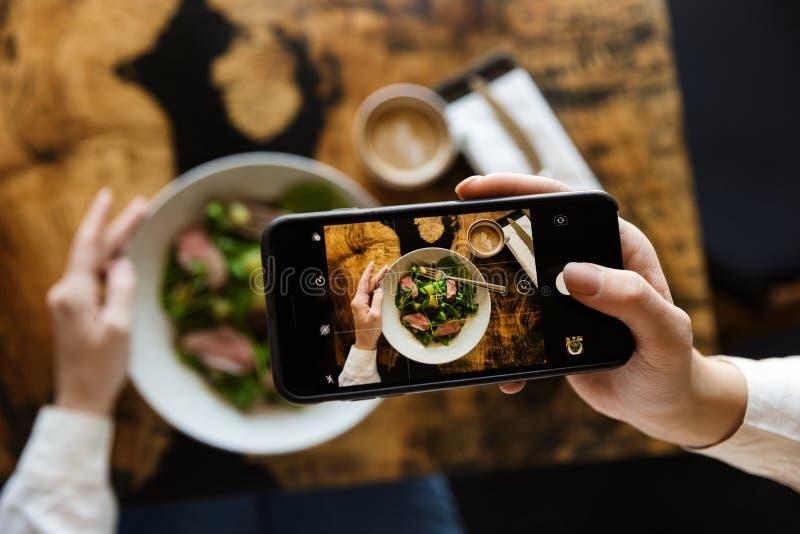 Kobieta bierze obrazek jej lunch obraz royalty free