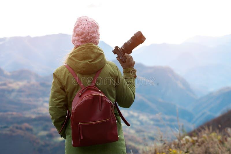 Kobieta bierze obrazki krajobraz zdjęcie royalty free