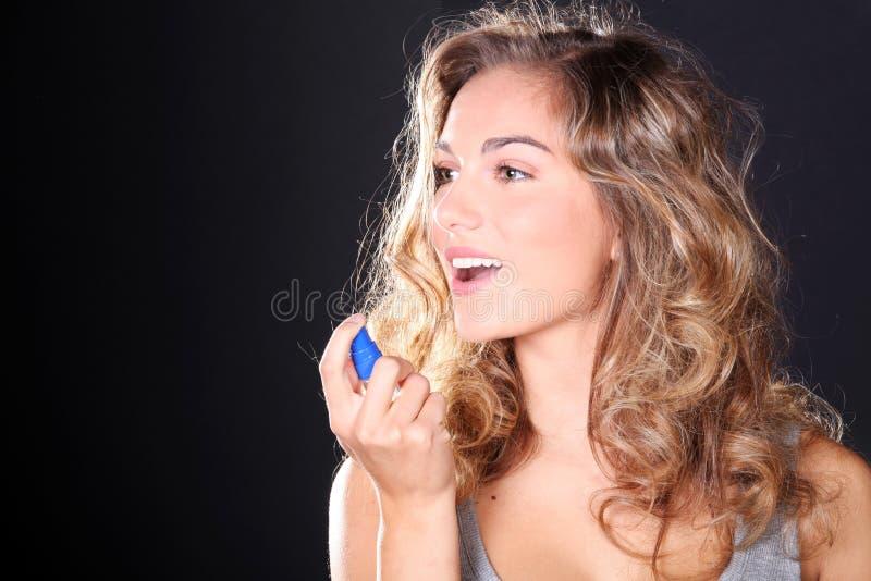 Kobieta bierze oddech kiść obrazy royalty free