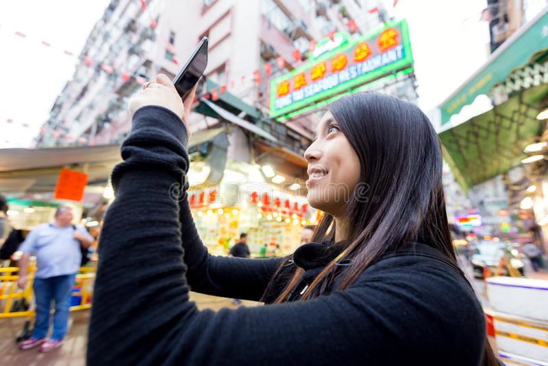 Kobieta bierze selfise w ulicznym rynku zdjęcie stock