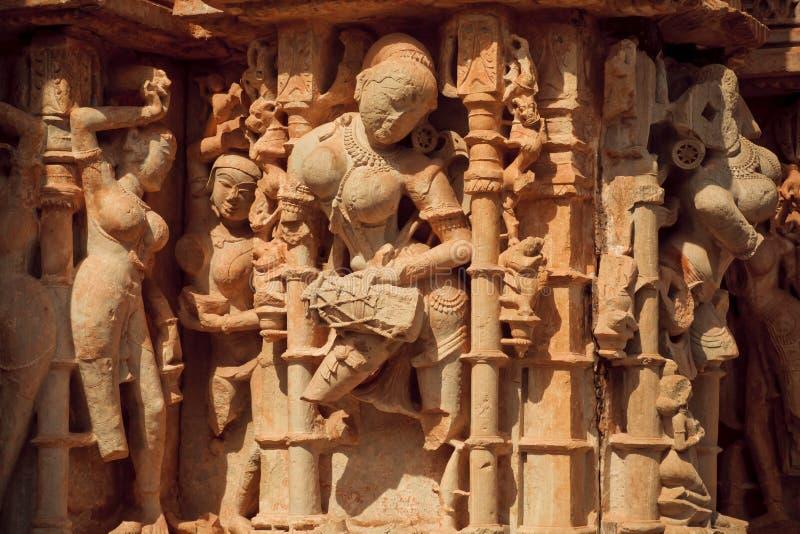 Kobieta bije bęben w kamieniu obraz stock