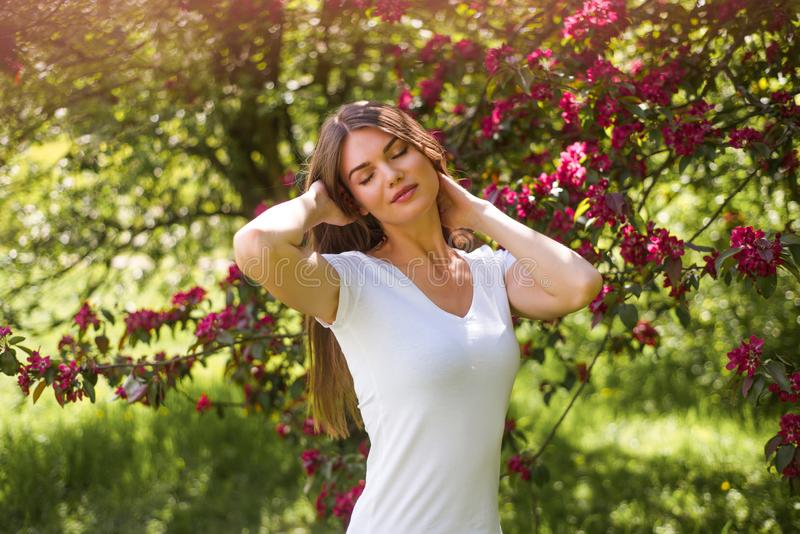 Kobieta blisko kwitn?cego drzewa obraz royalty free