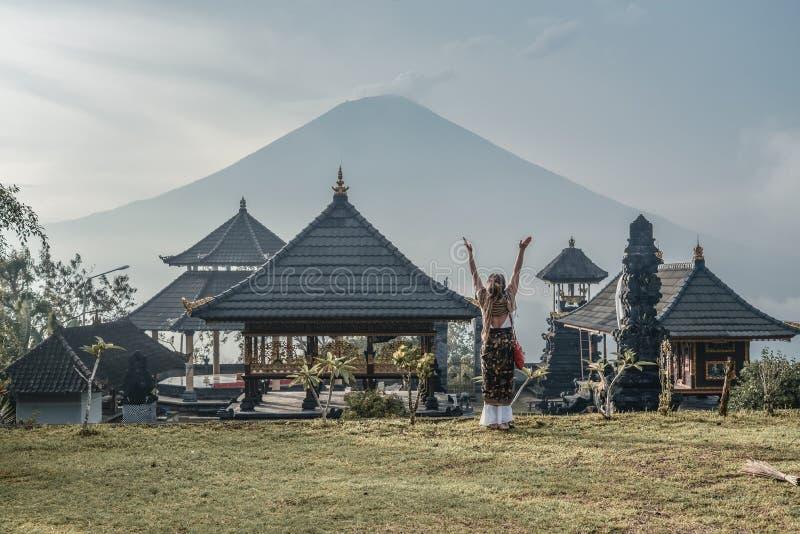 Kobieta blisko Lempuyang świątyni w Bali, Indonezja zdjęcia stock