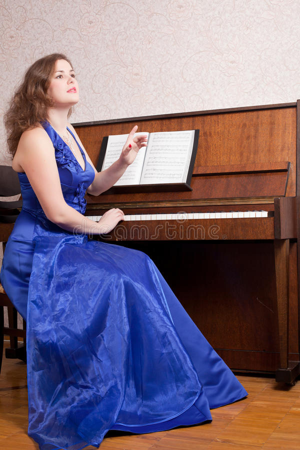 Kobieta blisko pianina obrazy stock