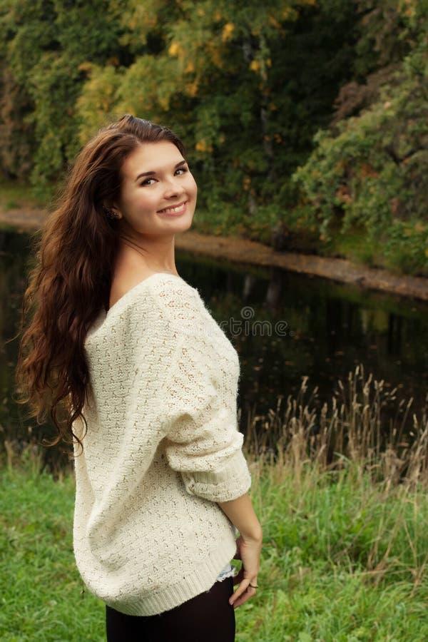 Kobieta blisko rzeki w jesień sezonie obrazy stock