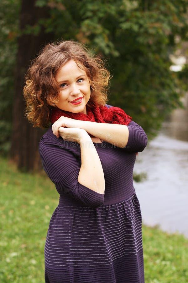 Kobieta blisko rzeki w jesie? sezonie fotografia stock