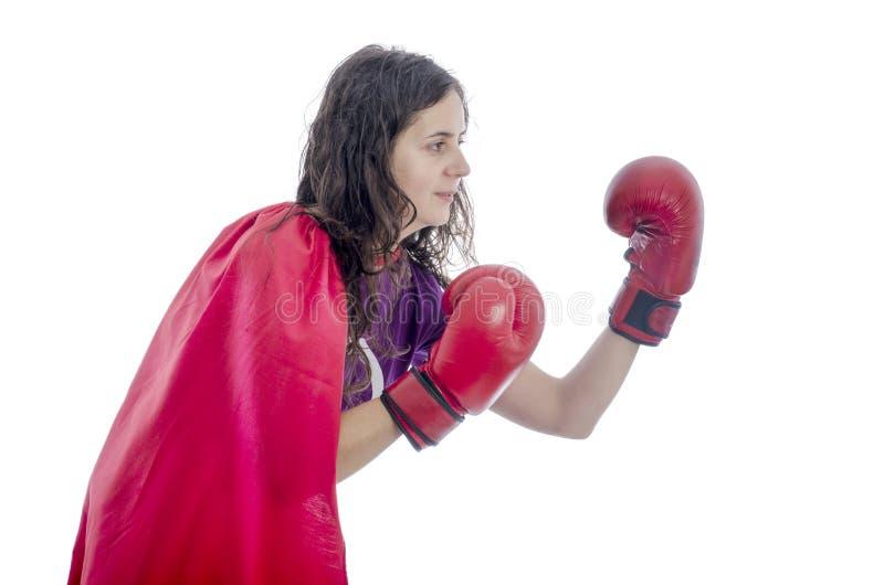 Kobieta bohater z czerwonym przylądkiem i czerwonym rękawiczek boksować zdjęcie stock