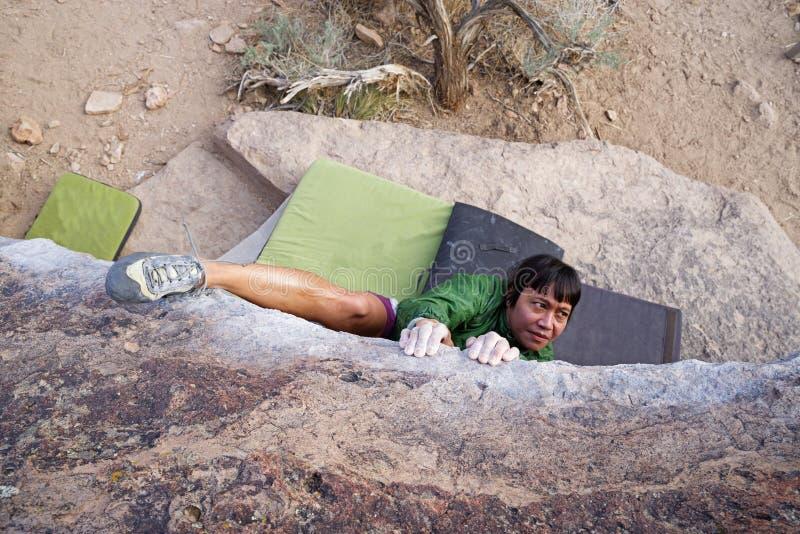 Kobieta Bouldering Od Above zdjęcie stock
