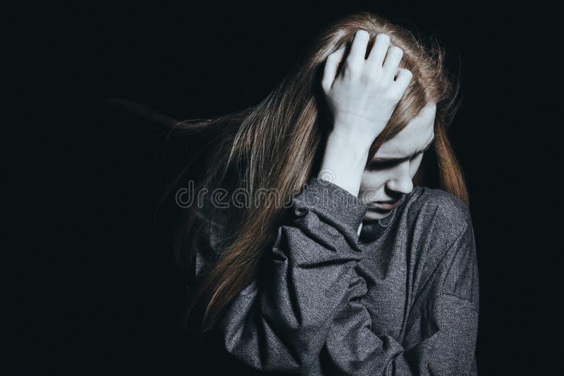 Kobieta budzi się up przy nocą zdjęcia stock