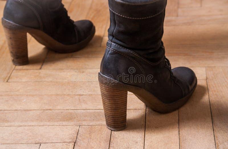 Kobieta buty na podłodze zdjęcie stock