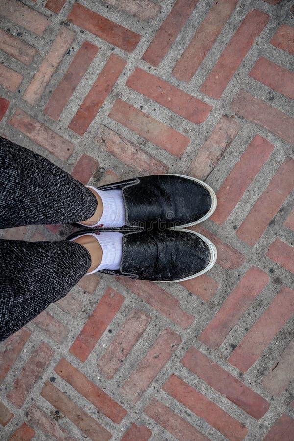 Kobieta buty przygotowywają dla wakacyjnej podróży obraz royalty free