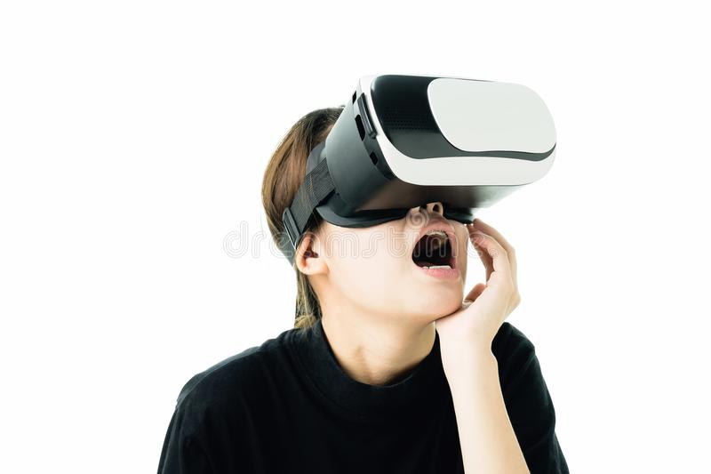 Kobieta był ubranym rzeczywistości wirtualnej słuchawki która symuluje zdjęcia royalty free