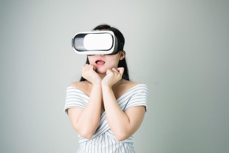 Kobieta był ubranym rzeczywistości wirtualnej słuchawki która symuluje obrazy royalty free