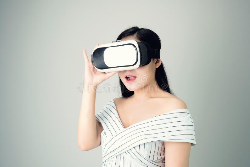 Kobieta był ubranym rzeczywistości wirtualnej słuchawki rzeczywistość która symuluje, i patrzejący up to widzii co rzeczywistość  fotografia royalty free