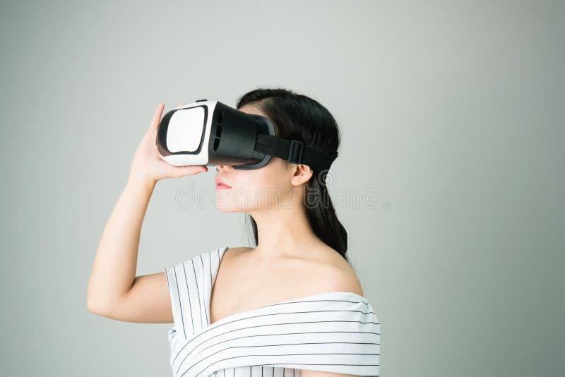 Kobieta był ubranym rzeczywistości wirtualnej słuchawki rzeczywistość która symuluje, i patrzejący up to widzii co rzeczywistość  obrazy stock
