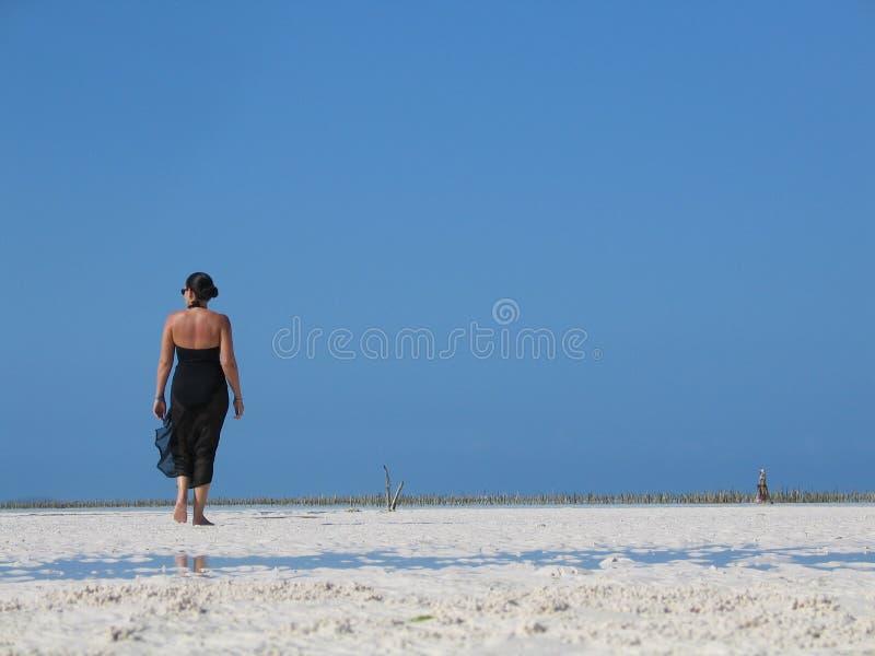 kobieta chodząca plażowa obraz stock