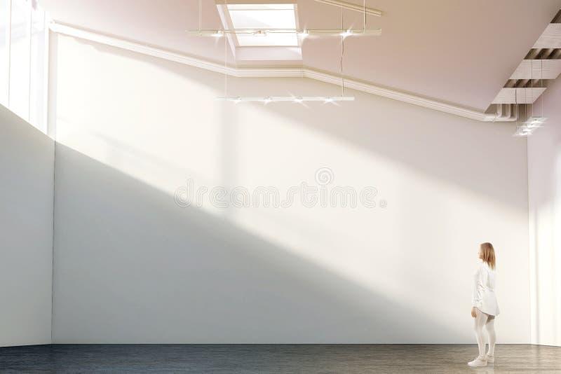 Kobieta chodzi blisko pustego biel ściany mockup w nowożytnej galerii zdjęcie stock