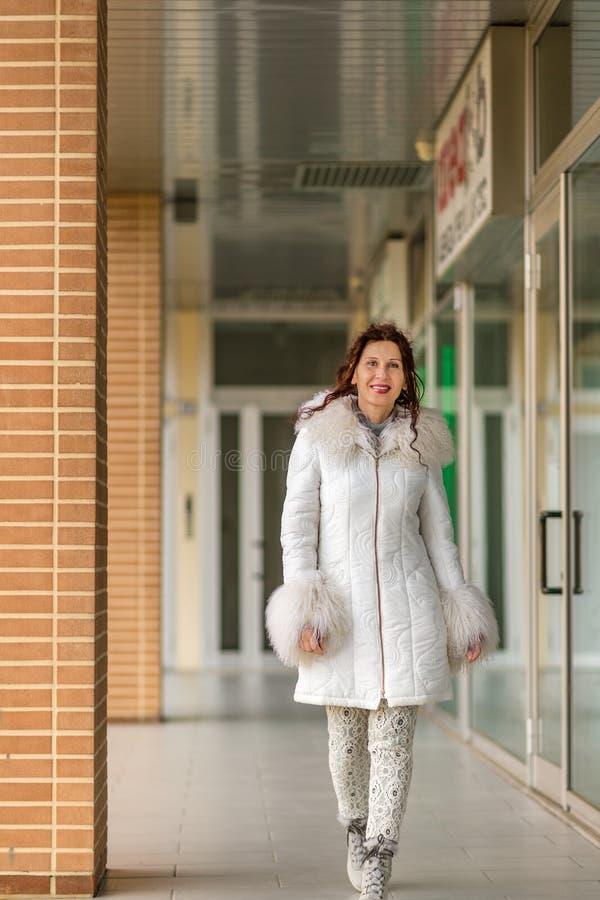 Kobieta chodzi blisko sklepów obrazy royalty free
