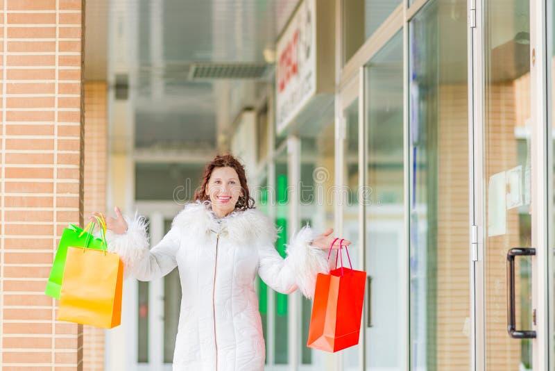 Kobieta chodzi blisko sklepowych okno fotografia stock